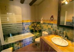 Cuarto de baño con azulejos azules