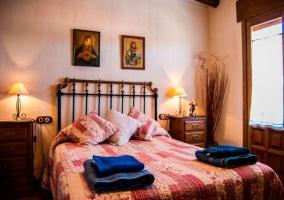 Dormitorio con cama de matrimonio y toallas