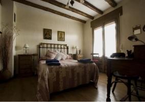 Vista del dormitorio con vigas en el techo
