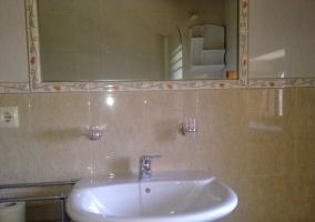 Cuarto de baño con lavabo y espejo