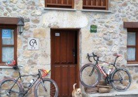 Fachada de la casa con bicicletas