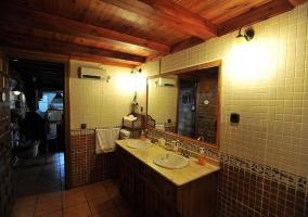 Cuarto de baño amplio alicatado y techo de madera