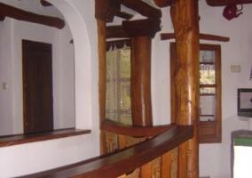 Sala de estar y comedor con chimenea y terraza