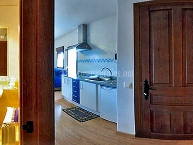 El mirador apartamentos en el barraco vila - Cocina blanca y azul ...