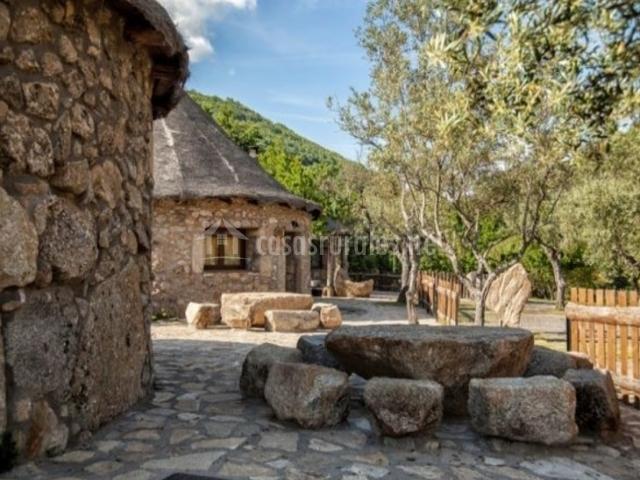 Chozos el solitario en ba os de montemayor c ceres - Mesas de piedra para exterior ...