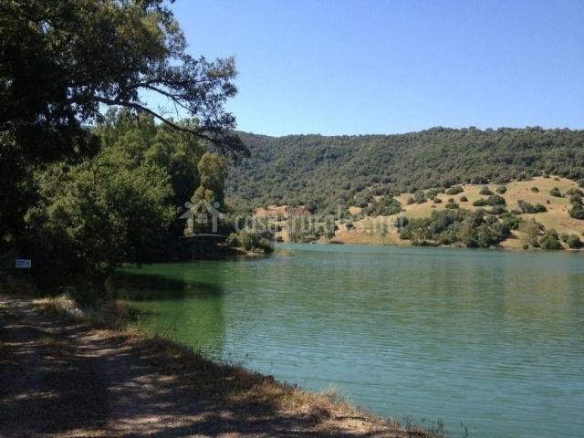 Verdes aguas que bañan el Pantano de los Hurones