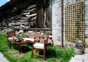 Jardín con mesa