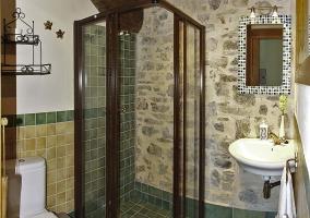 Cuarto de baño con ducha de madera