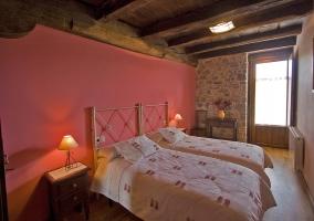 Habitación con dos camas y balcón