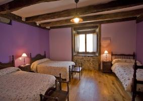 Dormitorio con tres camas individuales