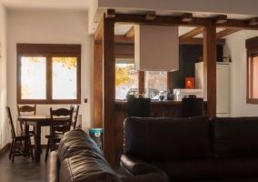 Salón con cocina integrada de la casa II