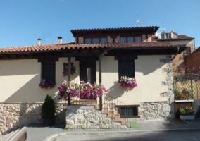 Iglesia con campanario y casa rural
