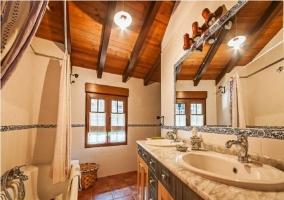 Dormitorio matrimonial con cabecero de estilo barroco en casa rural