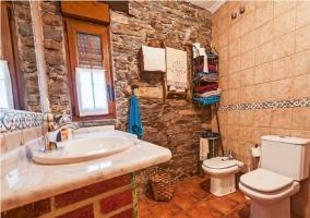 Baño con bañera en la casa rural