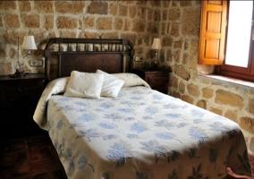 Dormitorio de matrimonio con colcha en color burdeos
