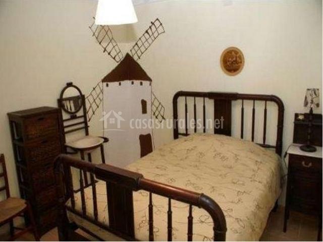 Dormitorio de matrimonio con decoración de molino