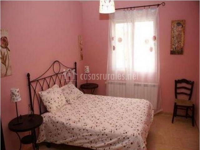 Dormitorio de matrimonio en tono rosa con ventanas
