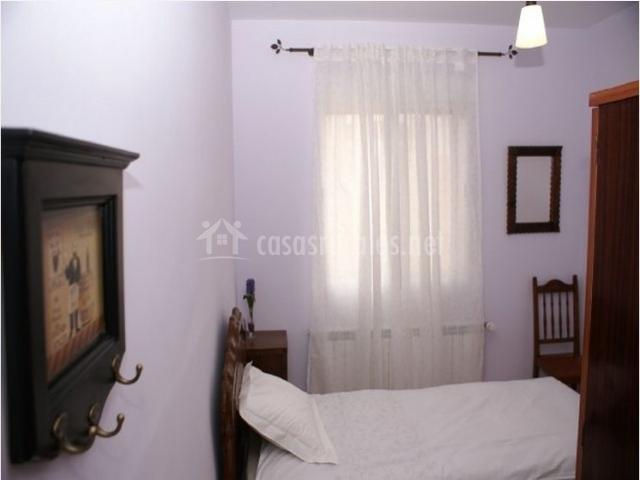 Dormitorio individual con ventana