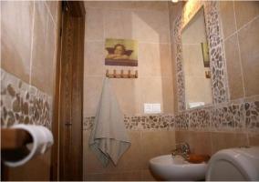 Baño de cortesía en la casa rural con decoracion de piedras