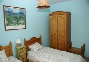 Dormitorio con dos camas individuales y ventana