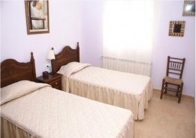 Dormitorio doble con mesilla y cuadro
