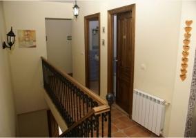 Parte alta de la casa rural con escaleras y distribuidor