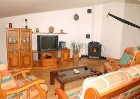 Salón con muebles de madera y decoración rústica