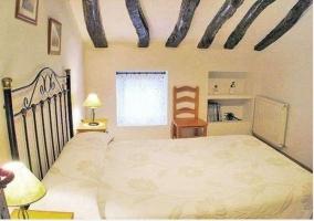 Habitación abuhardillada con cama de matrimonio