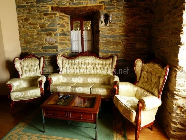 Casa rural a casoa en santa eulalia de oscos asturias for Sofas antiguos