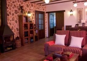 Sala de estar y comedor en el mismo espacio de piedra