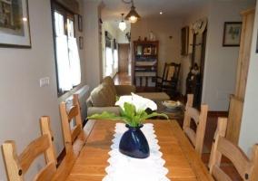 Comedor y vistas de la sala de estar al fondo