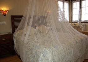 Dormitorio de matrimonio con mesita y desayuno al lado