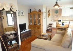 Sala de estar con mueble de madera al lado
