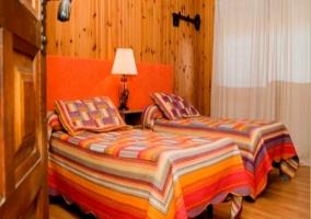 Camas individuales de dormitorio doble de los pisos de madera