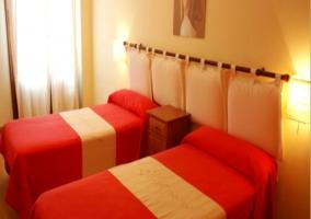 Camas individuales en dormitorio del apartamento