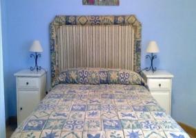 Dormitorio doble con cama de matrimonio y cuna