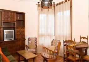Sala de estar y comedor de los pisos de madera