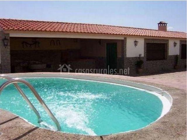 piscina con jacuzzi en el patio exterior de la casa