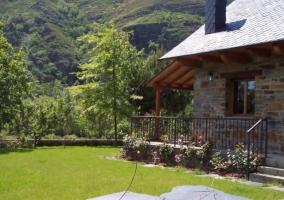 Flores y porche de la casa rural