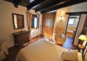 Dormitorio con cuarto de baño
