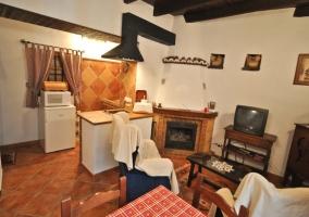 Salón con chimenea y cocina