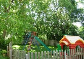 Parque infantil y jardín