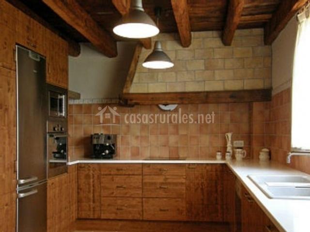 Cocina en madera con nevera de acero