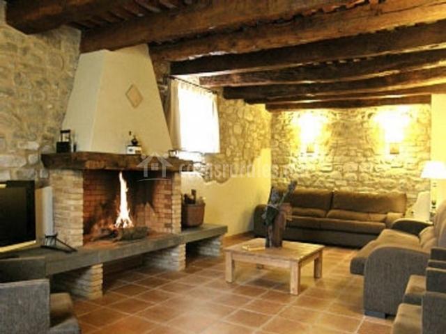 Sala de estar con chimenea y fuego encendido