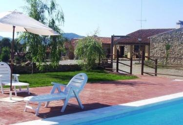 Casas rurales con piscina en sierra norte de sevilla for Piscina zona norte avila