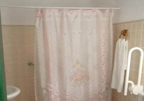 Baño adaptado con cortina