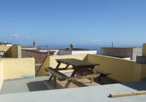 Terraza con mesa de merendero