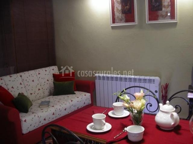 Alojamientos rurales torrebale en morella castell n - Salon con sofa rojo ...