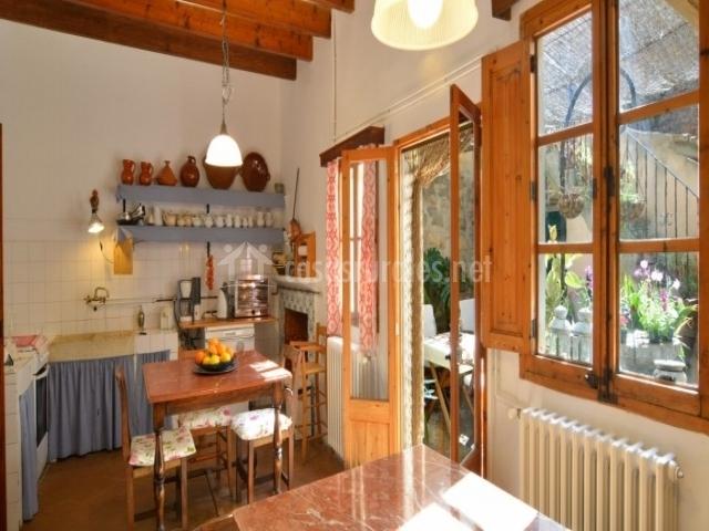 Amplia cocina con acceso al exterior