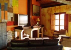 Fachada del alojamiento con puerta de madera